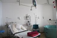 Родовые палаты оснащены специальными кроватями, дающими возможность в выборе наиболее удобной позиции, ванными с тёплой водой, в которых также по желанию можно родить и разными другими приспособлениями, облегчающими роды.